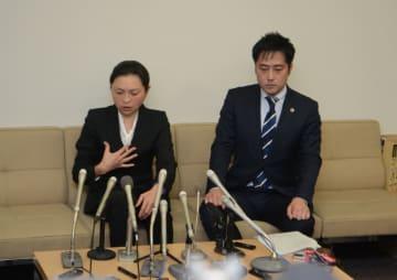 判決公判終了後、弁護士とともに記者会見に臨む原被告(左)=3日午後、群馬県太田市役所