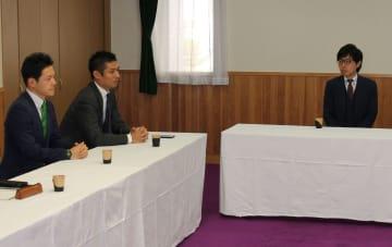 会合に臨む(右から)沼谷氏、寺田学衆院議員、緑川衆院議員