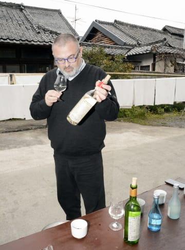 千代の園酒造の日本酒を試飲するフランス人のオリヴィエ・ドゥレンヌ社長=山鹿市