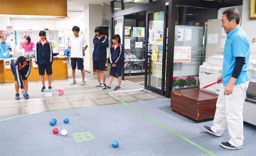 都岡地区センターで体験する中学生ら