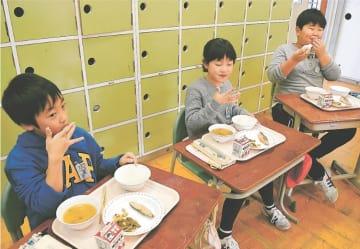 「おにぎり給食」を食べる児童
