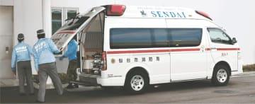 仙台市立病院の救命救急センター前に到着した救急車。高齢化や異常気象の影響で今年の出動は5万件を突破する見込み=3日午後1時20分ごろ、太白区