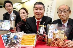 兵庫津の日本遺産認定を記念し、ゆかりの商品を開発した黒田武伸さん(右)、高田誠司さん(右から2人目)ら関係者=神戸市役所