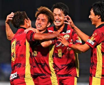 得点を決めて喜ぶ新加入の枝本雄一郎(左から2人目)と小松駿太(同3人目)ら=5月3日