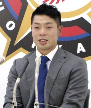 契約更改交渉を終え、記者会見する日本ハムの近藤健介捕手=4日、札幌市の球団事務所