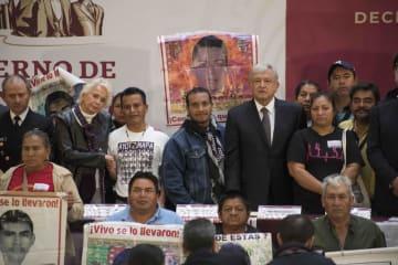 失踪した学生らの親らと並ぶメキシコのロペスオブラドール新大統領(後列左から5人目)=3日、メキシコ市(AP=共同)