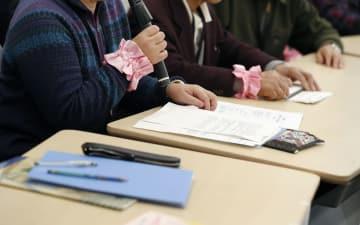 旧優生保護法下で障害者らへの不妊手術が繰り返された問題で、「優生手術被害者・家族の会」の集会が開かれ発言する被害者の女性(手前)ら=4日午後、国会