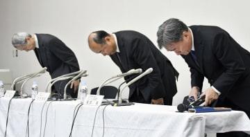 トーカンのゴム製品に不正があり、記者会見で謝罪する松岡達雄社長(中央)ら=4日午後、東京都中央区