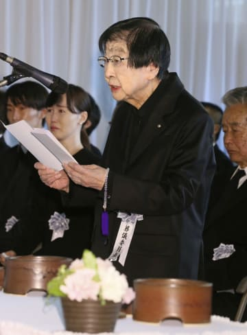 赤木春恵さんの告別式で弔辞を読む葬儀委員長の石井ふく子さん=4日午後、東京都杉並区