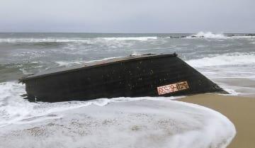 新潟県村上市の海岸に漂着した木造船=11月30日(新潟海上保安部提供)