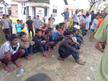 インドネシア・スマトラ島アチェ州で保護されたロヒンギャ難民とみられる人々=4日(東アチェ県警察提供・共同)
