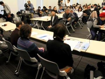 「優生手術被害者・家族の会」を立ち上げ、国への謝罪を求める飯塚淳子さん(仮名、写真手前右)ら=4日午後3時50分、東京都・参院議員会館