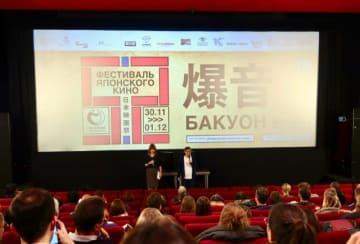 舞台挨拶をする爆音上映の仕掛け人、樋口泰人(右)