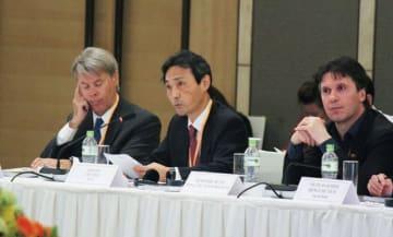 日本企業を代表して政策提言を行うJCCIの伊東会頭(中央)=4日、ハノイ
