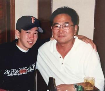 父(右)はかつてキャッチャーとしてプレーしていた。子どものころ、父と野球について語り合ったことがイノウエさんの野球愛の原点だ