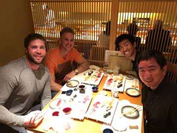 NPB(日本プロ野球)とKBO(韓国プロ野球)でプレーする米国、南米、台湾の選手などの代理人として活動するショーン・イノウエさん(右手前)。デビッド・ブキャナン(左から2人目、ヤクルトスワローズ)、ダリン・ラフ(左、サムソンライオンズ)もイノウエさんのクライアントだ