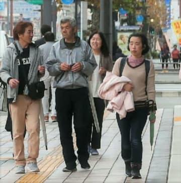気温が上昇し、上着を脱いで歩く人も=4日午後、大分市府内町、撮影・大久保貴浩