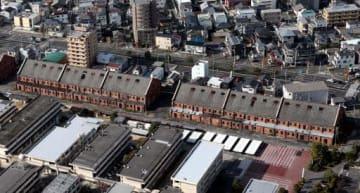 広島県が改修案をまとめた旧陸軍被服支廠。1号棟(中央右)と2号棟(同左)の間に見学者用の建物を新設する(11月)