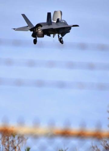 LHDデッキ完成後、伊江島に初飛来した米軍F35B戦闘機=4日午後2時41分