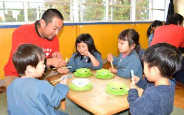 【楽しみながら正しい箸の使い方を学ぶ園児ら=伊勢市二見町荘の二見浦保育園で】