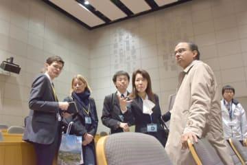 つくば国際会議場の中ホールを見学する在京大使館職員ら=つくば市竹園