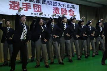 ガンバロー三唱で気合を入れる選手ら=長崎市、三菱記念会館