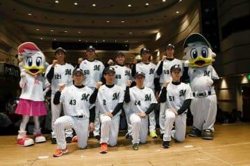 ファン向けの新入団選手発表会でガッツポーズする新人選手=4日、千葉市内のホテル