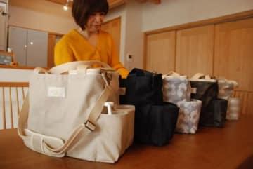 たん吸引器の使いやすさとデザインにこだわって作られたバッグと、開発者の奥山さん(木津川市加茂町)