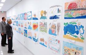 「むろらんだいすき」をテーマにした作品が並ぶ児童絵画展