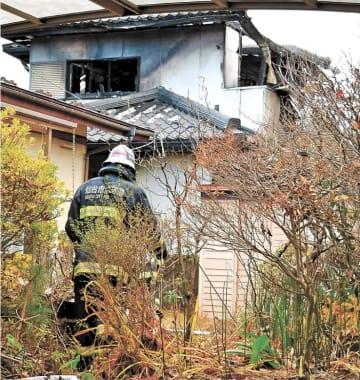 朝火事で全焼した住宅=5日午前7時40分ごろ