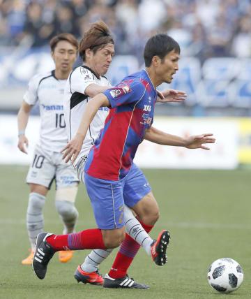 3月のG大阪戦でG大阪の遠藤と競り合うFC東京の前田(右)=味スタ