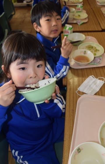 地元産米のご飯給食を元気よく食べる原町二小の児童たち