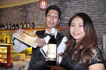 ピザとワインが楽しめる「大人の牛久バー」=牛久市牛久町