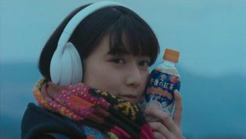 「キリン 午後の紅茶」の新CM「あいたいって、あたためたいだ。18冬」編に出演する上白石萌歌さん