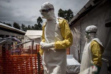 ブテンボのエボラ治療センターで、高リスク区画へ入るMSFスタッフ © John Wessels