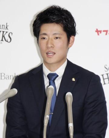 契約更改交渉を終え、記者会見するソフトバンクの上林誠知外野手=5日、ヤフオクドーム