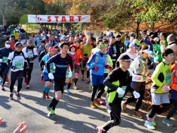 昨年の東山三十六峰マウンテンマラソンのスタート風景。人気の大会だが、今年は初の中止となった(京都市左京区・宝が池公園)