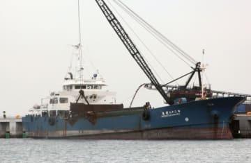 米軍普天間飛行場の沖縄県名護市辺野古への移設工事で、土砂が積み込まれる船=5日午後、名護市安和