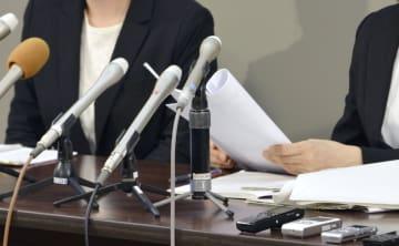 「新潟テクノスクール」の元生徒の男性会社員が自殺した問題で、記者会見する遺族=5日午後、新潟県庁
