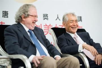 2014年、台湾の「唐奨」を共同受賞し、談笑する本庶佑氏(右)とジェームズ・アリソン氏(唐奨教育基金会提供)