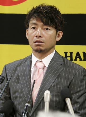 契約更改交渉後、記者会見する阪神の鳥谷敬内野手=5日、兵庫県西宮市の球団事務所