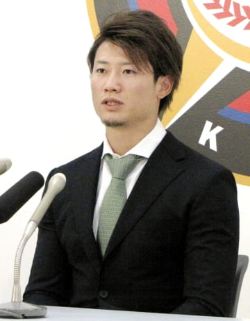 契約更改交渉後、記者会見する日本ハムの西川遥輝外野手=5日、札幌市内の球団事務所