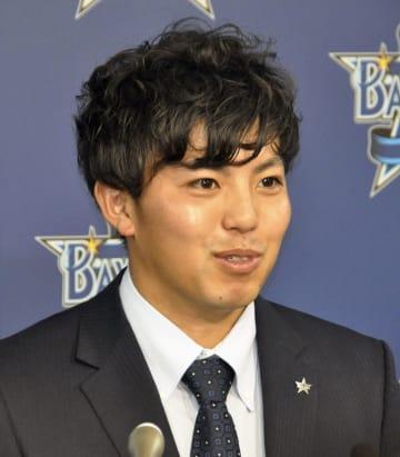 契約更改交渉を終え、記者会見するDeNA・東=5日、横浜市内の球団事務所
