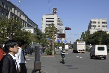 東京・霞が関の官庁街。左から財務省、警察庁、裁判所=2017年