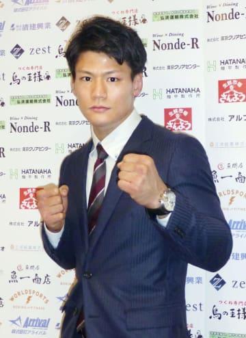 世界初挑戦を発表し、ポーズをとるWBOスーパーウエルター級3位の井上岳志=5日、東京都内