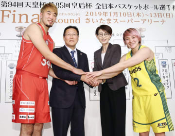 バスケットボール全日本選手権ファイナルラウンドの組み合わせ抽選会で、握手を交わす千葉の小野(左端)とJX―ENEOSの吉田(右端)ら。右から2人目は三屋裕子会長=5日、東京都内