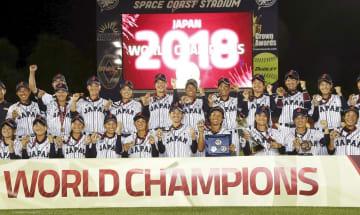 女子野球W杯で6連覇を達成し、笑顔で記念写真に納まる日本代表=8月31日、ビエラ(ゲッティ=共同)