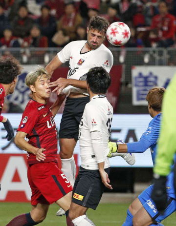 浦和―鹿島 前半、ヘディングで先制ゴールを決める浦和・マウリシオ=カシマ