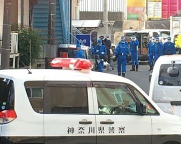 現場を調べる県警の捜査関係者=11月29日午前10時半ごろ、横浜市栄区飯島町