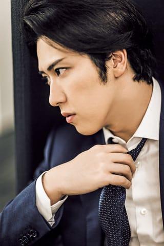 女性ファッション誌「Oggi」2019年1月号に登場した歌舞伎俳優の尾上松也さん